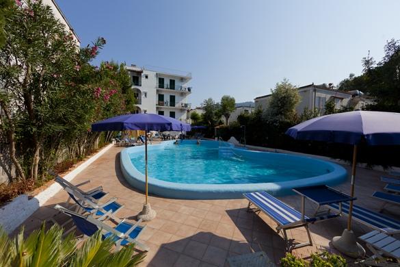 Hotel-terme-Letizia-ischia-porto-piscina-esterna