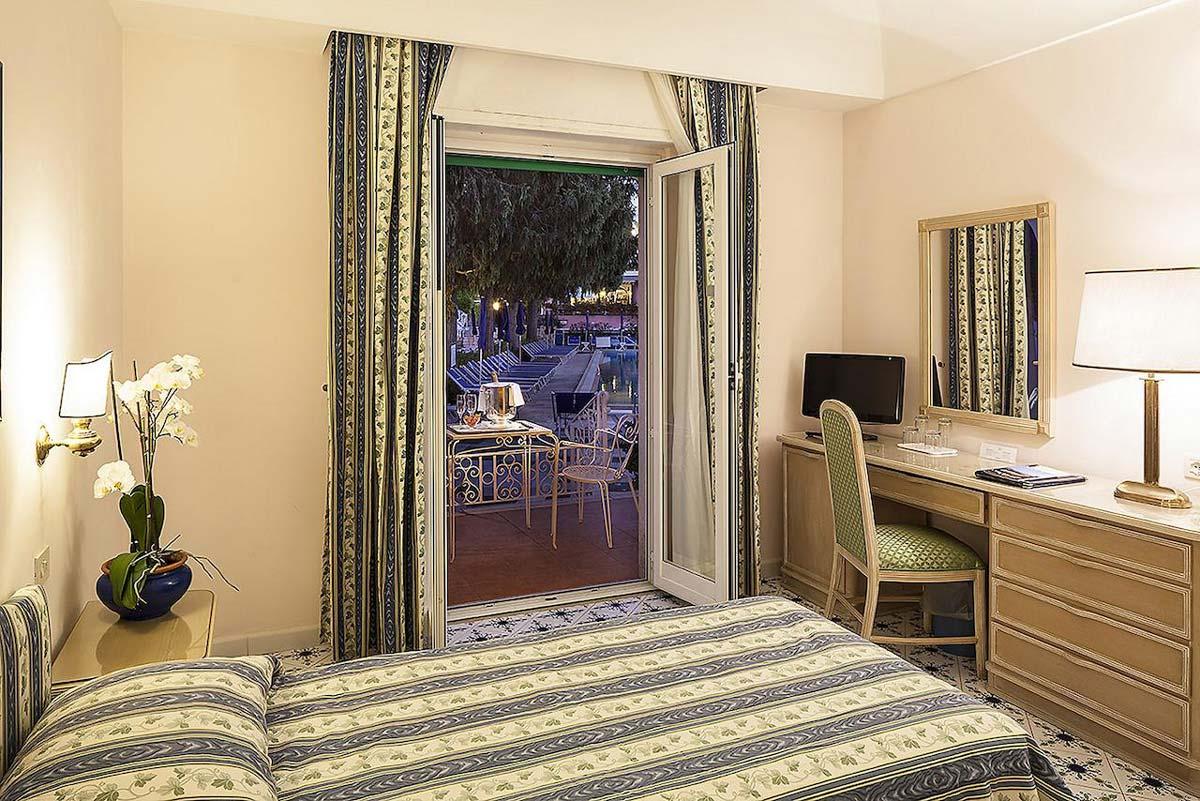 hotel-continental-terme-ischia-camera-piscina