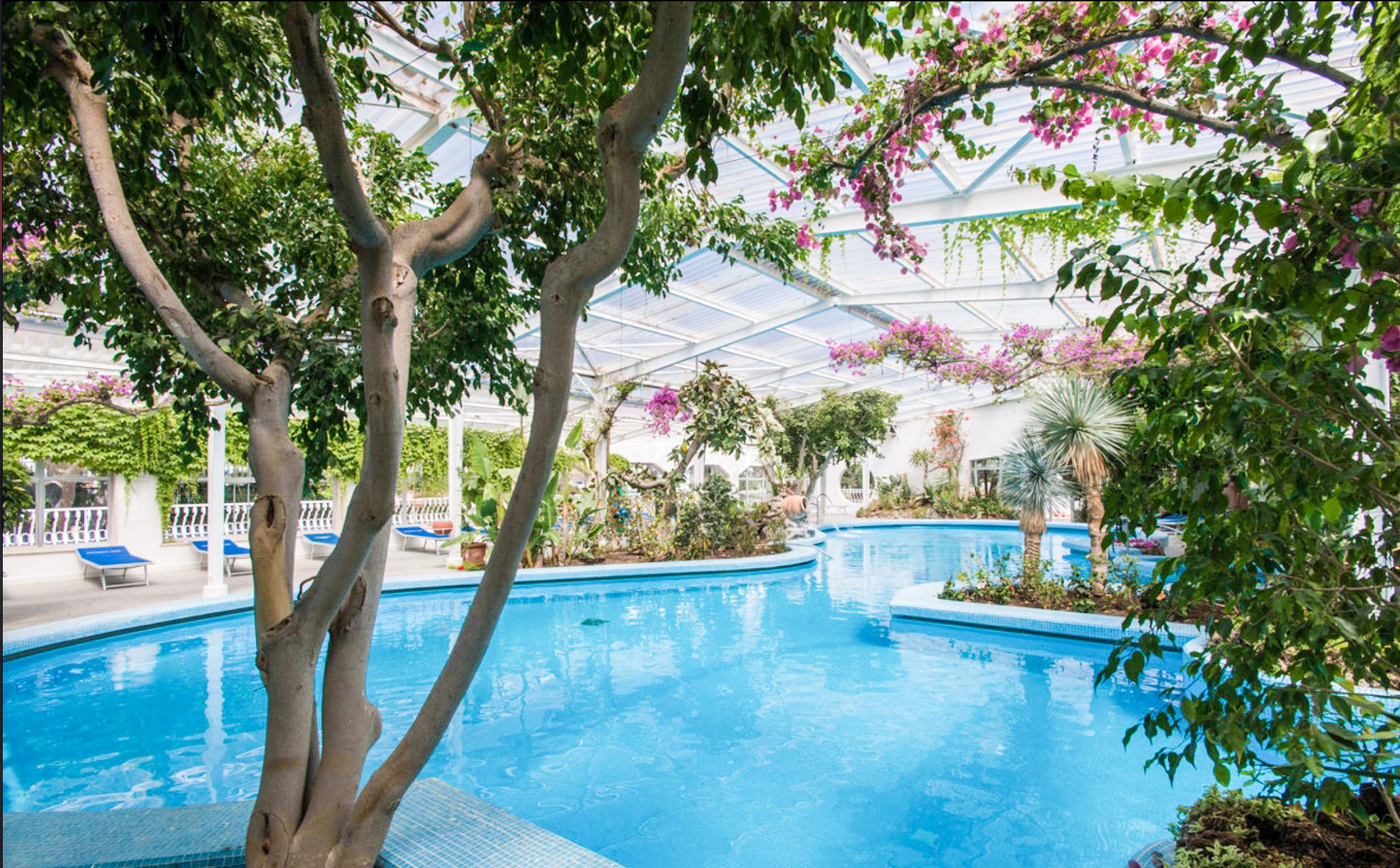 hotel-continental-terme-ischia-piscina-esterna-coperta