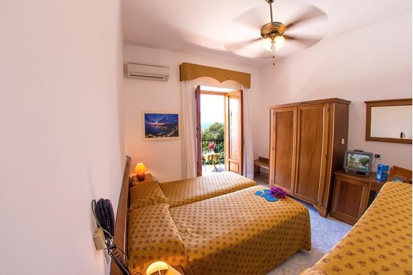 hotel-la-madorla-ischia-maronti-camera-1